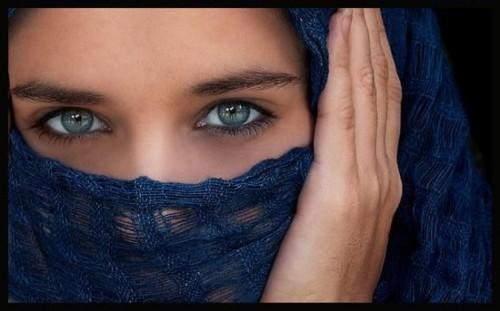 Cerchi scuri sotto ragione occhi a donne come